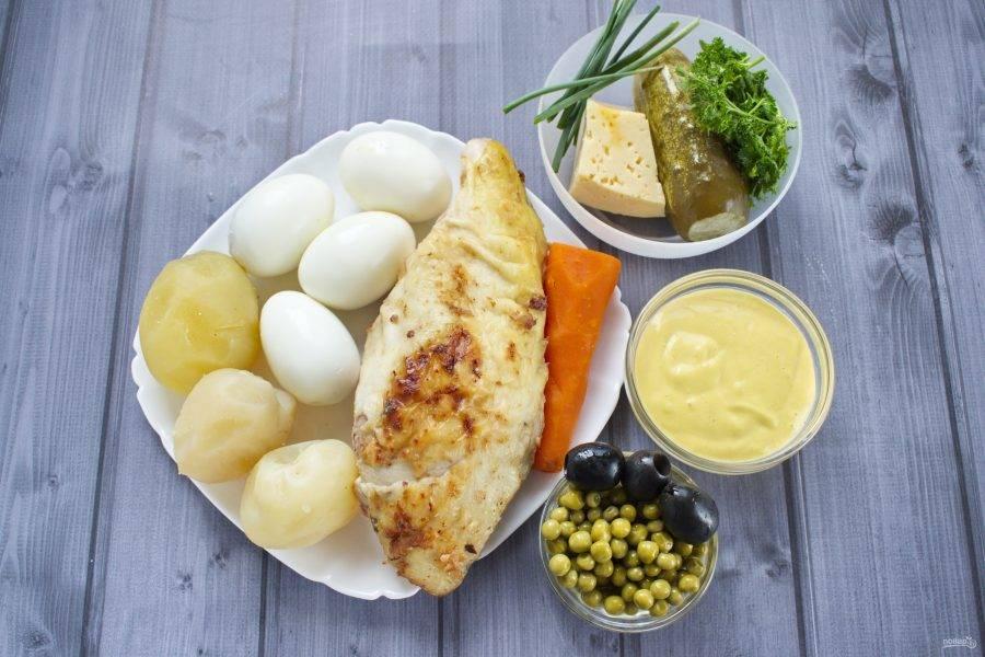 Подготовьте необходимые продукты. Картофель и морковь вымойте, варите на медленном огне в течение 30 минут, очистите. Яйца сварите  вкрутую, в течение 7-10 минут, залейте холодной водой, очистите. Зелень вымойте.