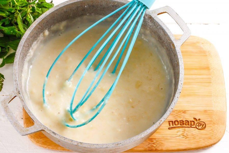 Емкость с банановой заготовкой поместите на плиту, включая умеренный нагрев. Доведите крем до необходимой густоты, заваривая его примерно 3-5 минут. Влейте в него лимонный сок и перемешайте.