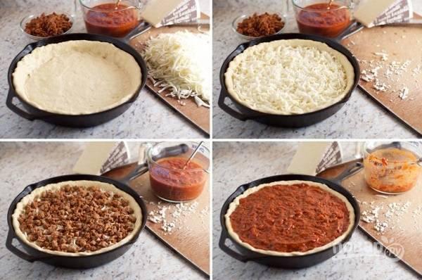 4. Теперь можно собирать нашу пиццу. Тесто раскатайте и выложите в жаропрочную форму. Присыпьте сыром, выложите фарш и соус.