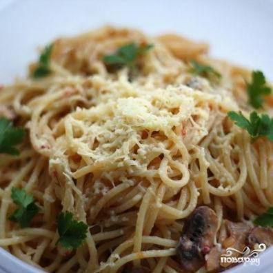Затем сразу подаем спагетти к столу, посыпав тертым сыром и украсив веточками петрушки. Приятного аппетита!