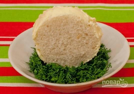 """Торцы хлеба смазываем сливочным маслом. Обваляйте """"бока"""" хлеба в укропе."""