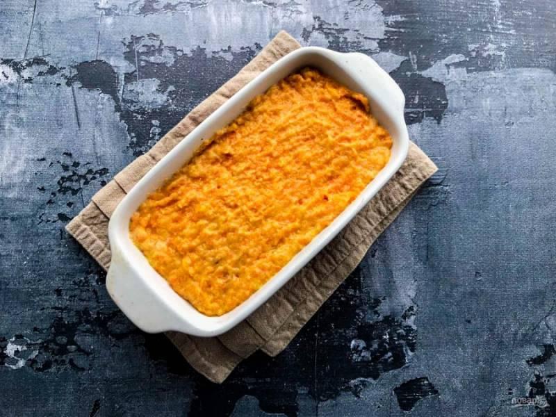 Выложите морковную массу в форму для выпекания и отправьте в предварительно разогретую духовку до 180 градусов на 35 минут.