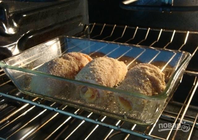 7.Отправьте мясо в разогретый до 180 градусов духовой шкаф на полчаса, затем удалите из духовки и оставьте на пару минут.
