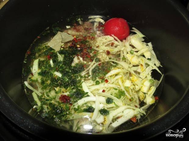 4. Снимите шкурку с помидора и добавьте его в щи вместе с зеленью, солью, лавровым листиком, специями. Все залейте кипяченой водой (2 литра)