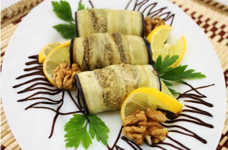 При подаче блюдо можно украсить зеленью, лимоном и цельными орехами. Приятного аппетита!