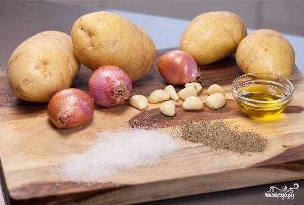 5. Птицу выложите на противень и отправьте в разогретую духовку. В общей сложности запекайте птицу около 2.5-4 часов, в зависимости от размера. Подготовьте картофель, яблоки и чеснок для гарнира.