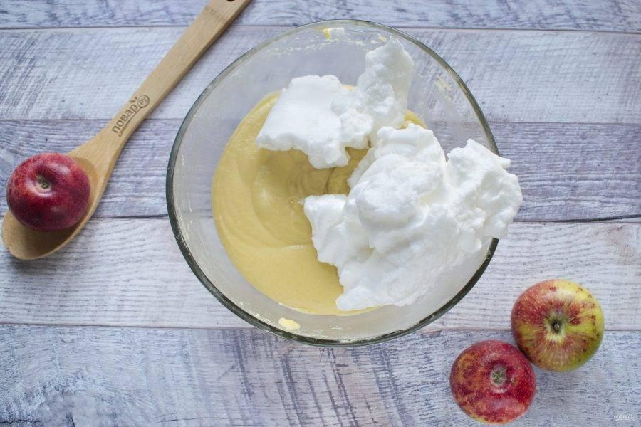 Белки взбейте в устойчивую пену, аккуратно с помощью лопатки введите в тесто.