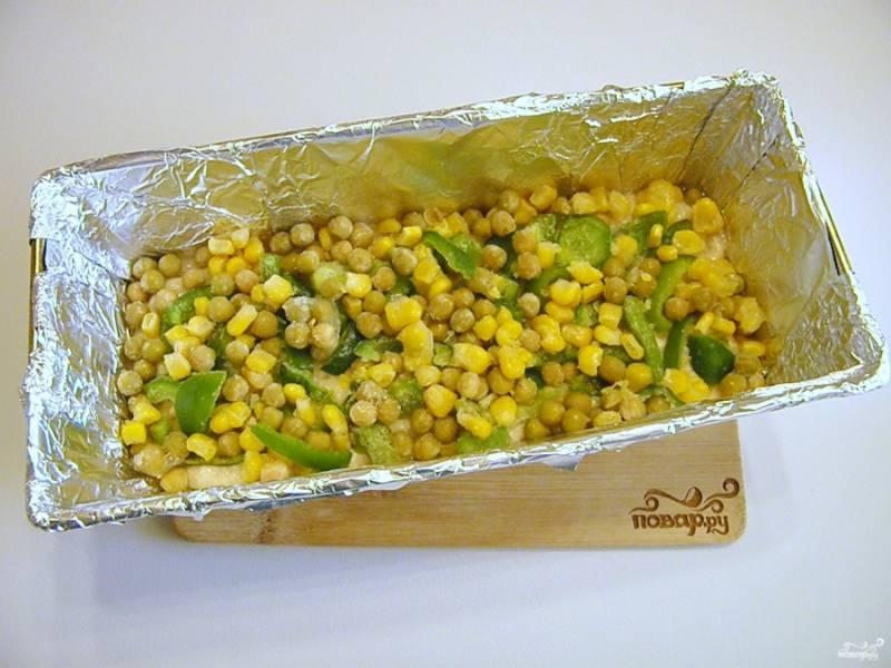 Сверху распределите овощи. Можно расположить их только по центру, так даже красивее будет в срезе.