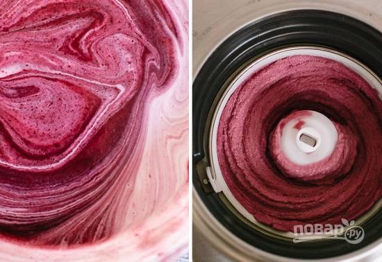 4. Отправьте полученную смесь в мороженицу. Если техники нет, можно просто отправить в морозилку и каждые полчаса доставать, тщательно взбивать, отправлять обратно.