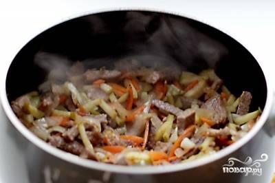 Потом добавьте пасту и сахар. Перемешайте и готовьте 2 минуты. Залейте бульон. Доведите до кипения.