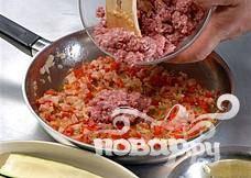 Подготовка начинки: Отварить рис в большом количестве подсоленной воды. Промыть и отложить в сторону. Обжарить чеснок, помидоры и лук в столовой ложке оливкового масла. В конце добавить мясной фарш.