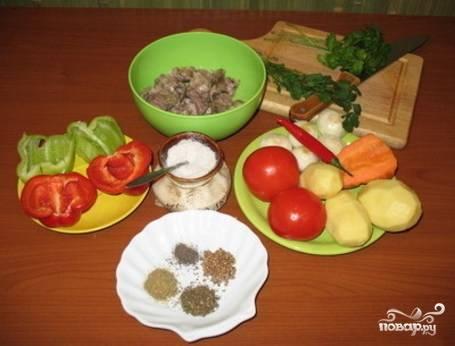 Набор овощей для шурпы – это лук, морковь, картошка, сладкий и горький перец, помидор. Специи подготовьте такие: кориандр, хмели-сунели, чабер и немного семян зиры.