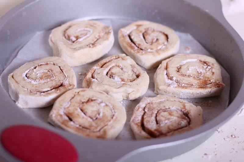 Форму для запекания застелите пергаментом, выкладываем булочки так, чтобы они не соприкасались.