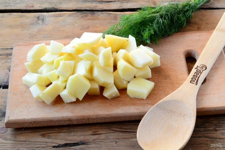 Картофель порежьте кубиком мельче, чем тыква. Тыква готовится быстрее, чем картофель, а потому нарезка разным размером позволит им приготовиться одновременно.