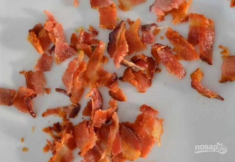 4.Тем временем обжарьте на сухой сковороде полоски бекона, разломайте хрустящий бекон на кусочки.