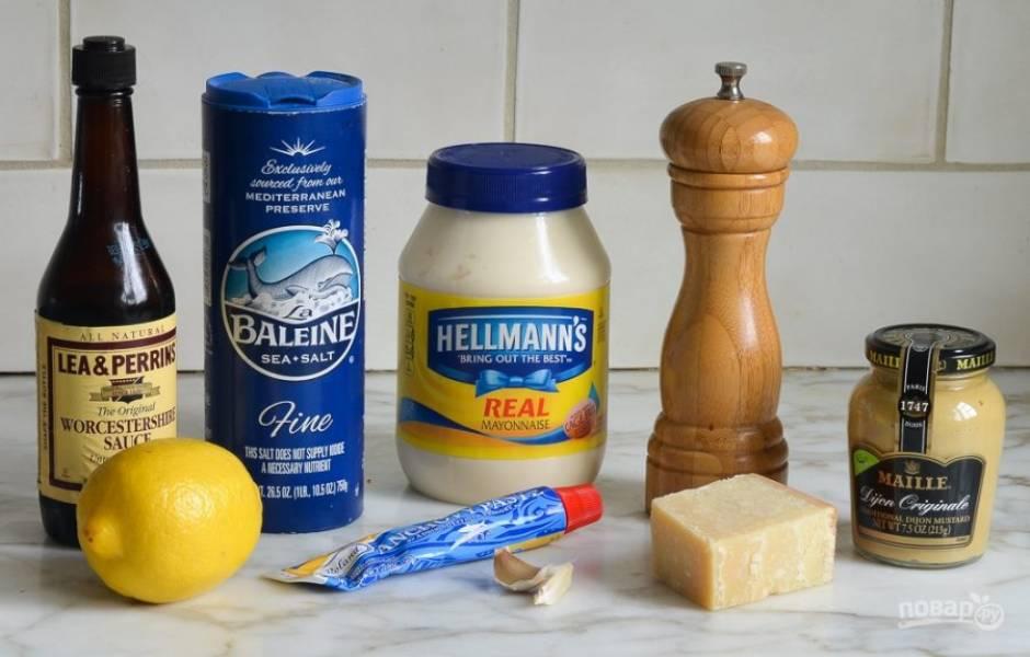 """Начинаем приготовление соуса для салата """"Цезарь"""" с того, что подготавливаем основные ингредиенты. Чеснок очищаем и пропускаем через чеснокодавку."""