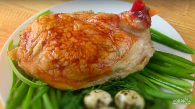 9. Подавайте блюдо горячим. Сделайте клюв и гребешок курочки из перца и моркови. Украсьте зеленью и перепелиными яйцами.