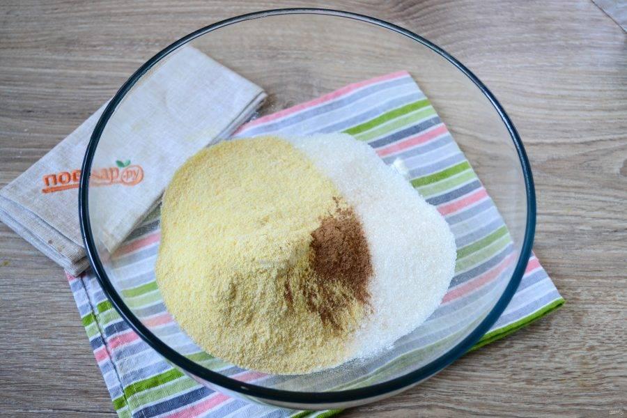 Смешайте все сухие ингредиенты: пшеничную и кукурузную муку, разрыхлитель, специи, сахар, соль. Перемешайте массу ложкой.