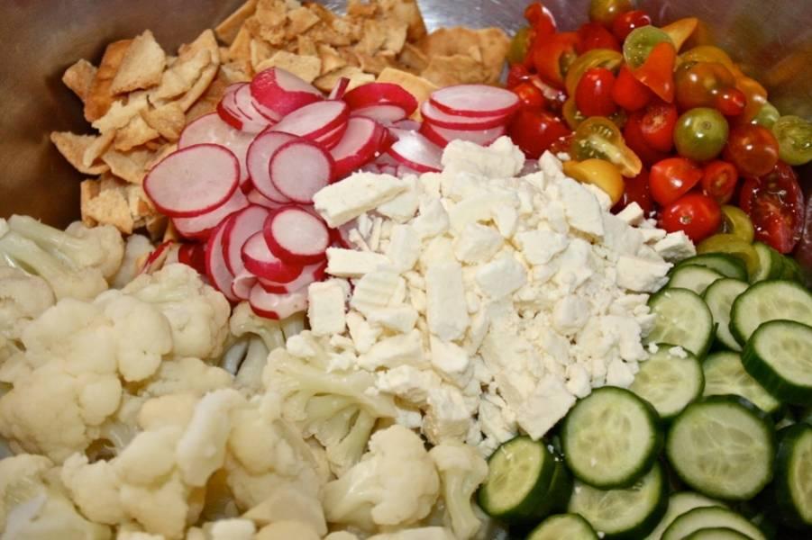 2. В миске перемешайте все ингредиенты. Приправьте солью и перцем, покрошите сыр и добавьте масло. Все перемешайте.