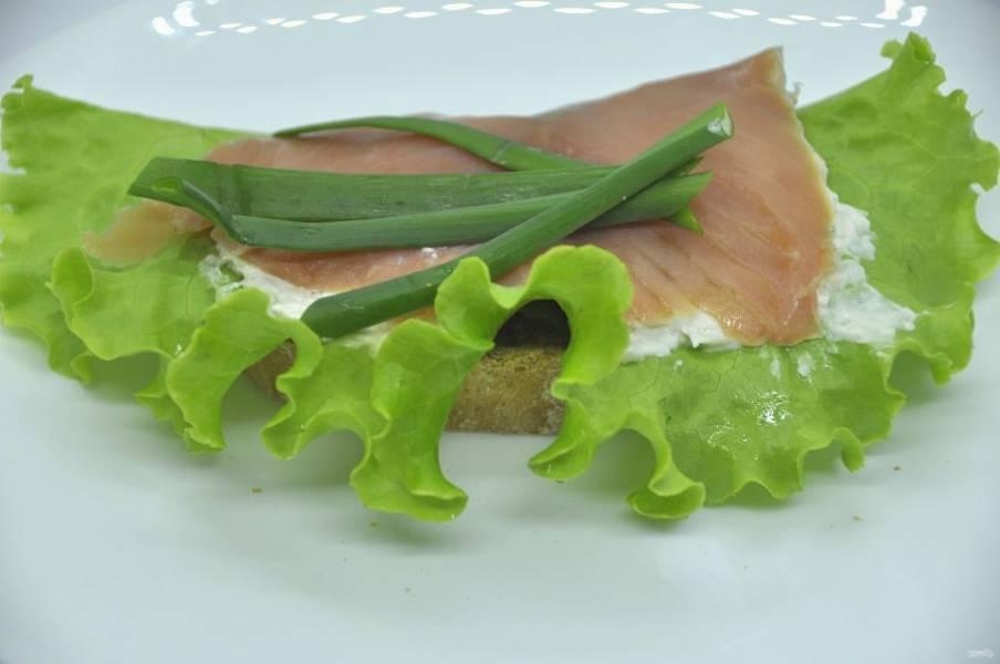 Четвертный вариант бутербродов: хлеб, крем-фиш, ломтик красной рыбы, зеленый лук.