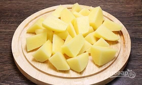 Промытый и очищенный картофель нарежьте крупными дольками.