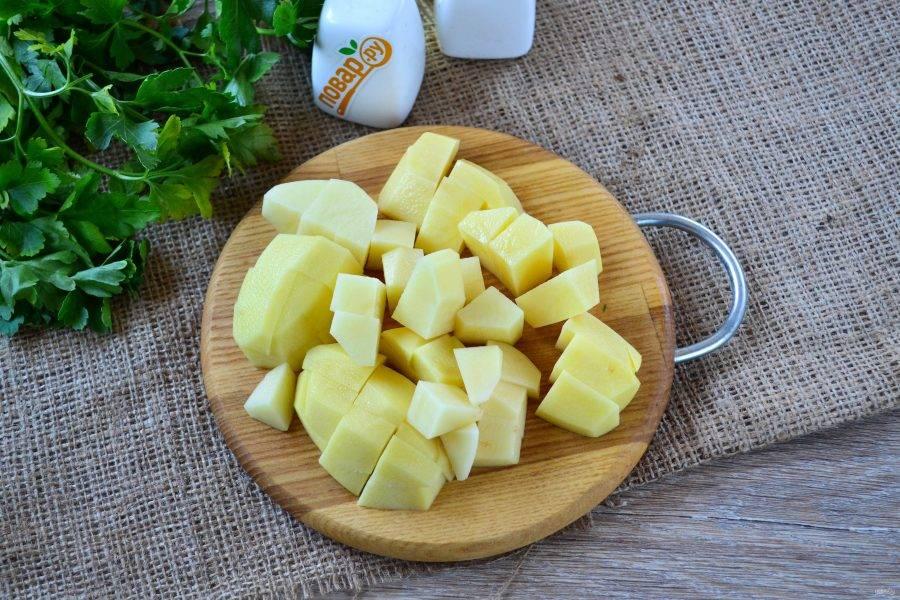 Картофель порежьте на небольшие кусочки.