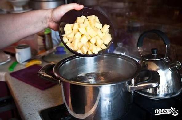 9. Проварите минут 10 и добавьте картофель.