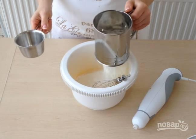 5.Пшеничную муку просейте прямо в чашу, затем перемешайте всё до получения однородной консистенции.