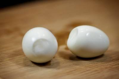 Яйца сварить и очистить.