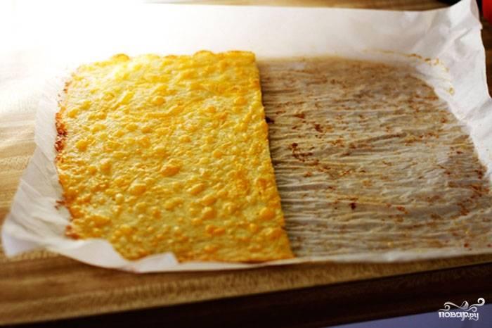 Готовые сырные листы разрезаем пополам, в итоге у нас получается 4 листа теста одинакового размера.