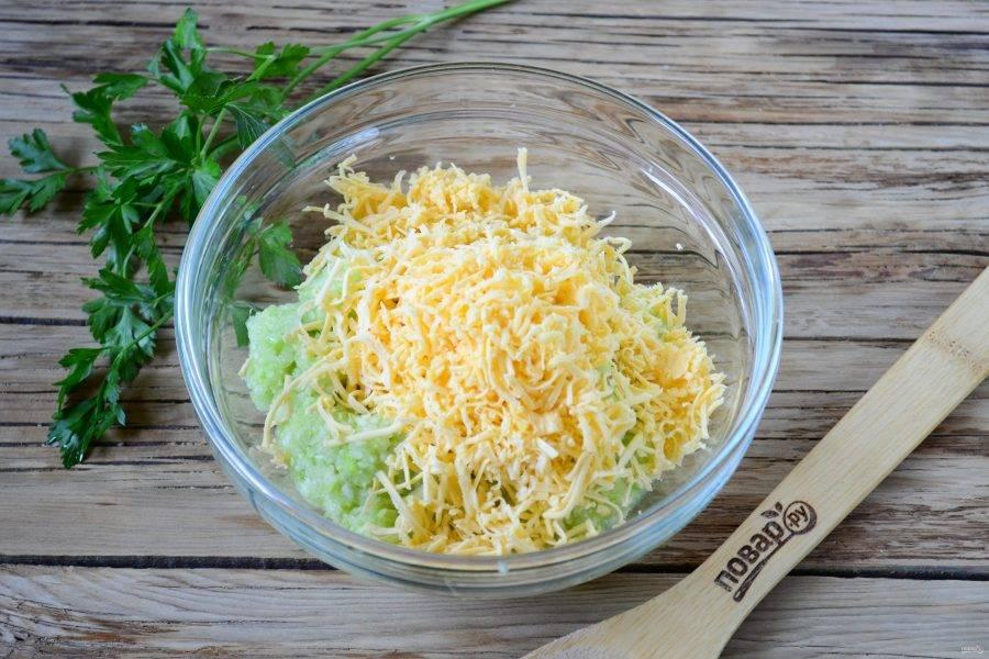 Смешайте измельченный кабачок с натертым на мелкой терке твердым сыром.