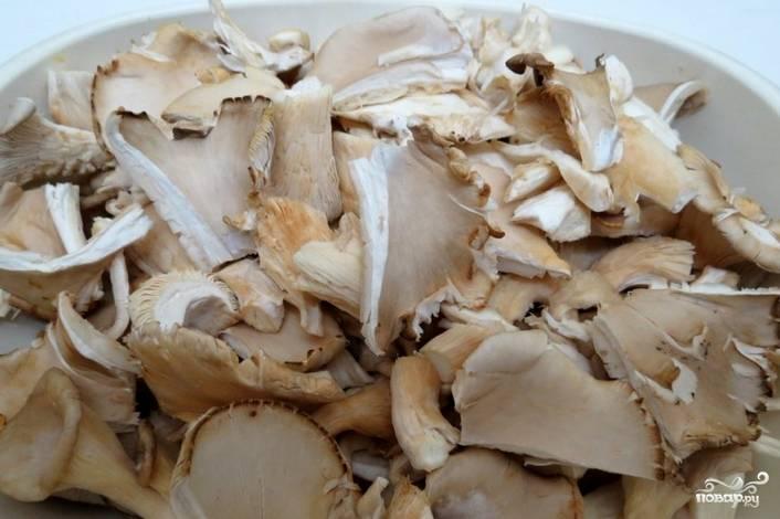 Картофель промываем, очищаем. Заливаем холодной водой и ставим варится до готовности. Тем временем промываем вешенки и нарезаем их пластинками. Обжариваем грибочки на растительном масле.