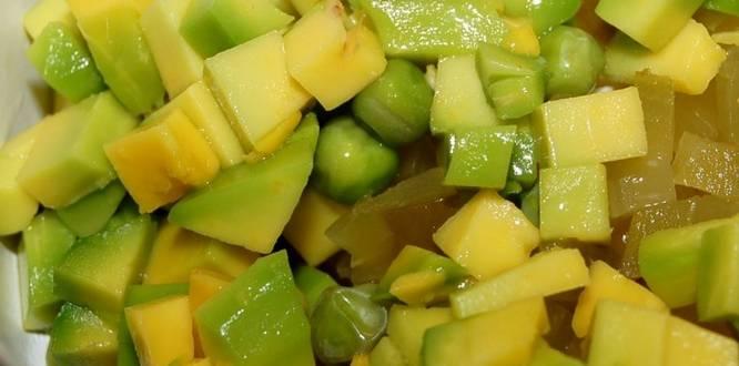 2. Затем добавим горошек и нарезанный кубиками авокадо (без кожицы).