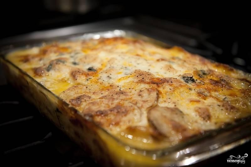 Запекаем картофель в нижней части духовки (нижним тентом), при температуре 350 градусов. Перед подачей на стол, готовое блюдо выдерживаем пару минут на противне.