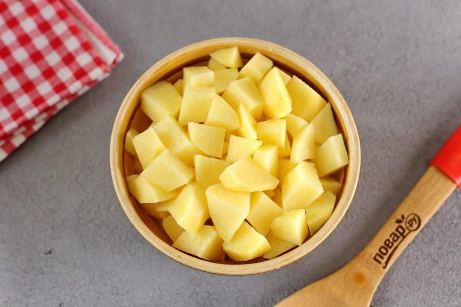 В кипящий бульон добавьте нарезанный кубиками картофель.