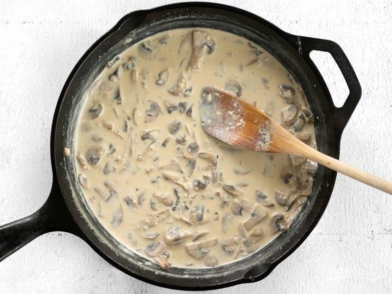5.Добавьте к грибам куриный бульон и сливки, перемешайте. После закипания уменьшите огонь и варите около 5 минут.