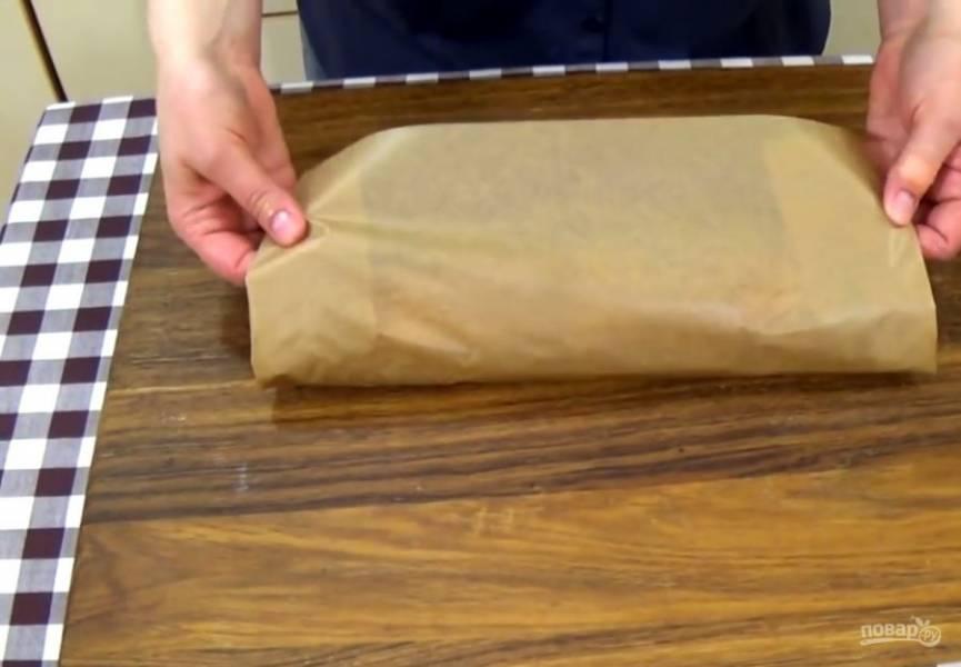 5. Заверните рулет в бумагу для выпечки так, чтобы шов оказался сверху. Переложите рулет в форму и выпекайте  в разогретой до 200 градусов духовке в течение 25 минут.