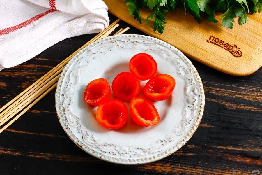 Помидоры черри разрежьте горизонтально пополам и удалите внутри все семена, промойте половинки и обсушите.