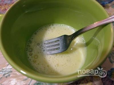 Приготовление начните с теста для блинов. Взбейте яйцо вилкой.