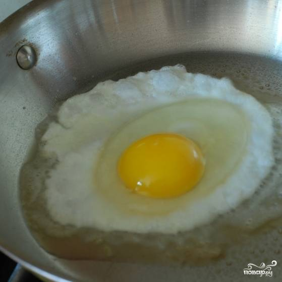Обжариваем на сливочном масле яйца (по одному).