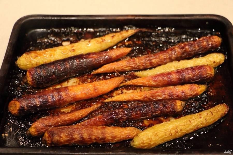 Пока кролик тушится в мультиварке, приготовьте морковку. Промойте ее тщательно, если морковка молодая, можете ее не чистить даже. Соедините дижонскую горчицу, соевый соус, можете добавить измельченный чеснок и смесь перцев душистых. Морковку полейте полученной смесью и отправьте запекаться до румяной корочки и мягкости в духовку при 190 градусах. Минут 15-20 это займет. Можете приготовить морковку на гриле (или подобрать другие овощи).