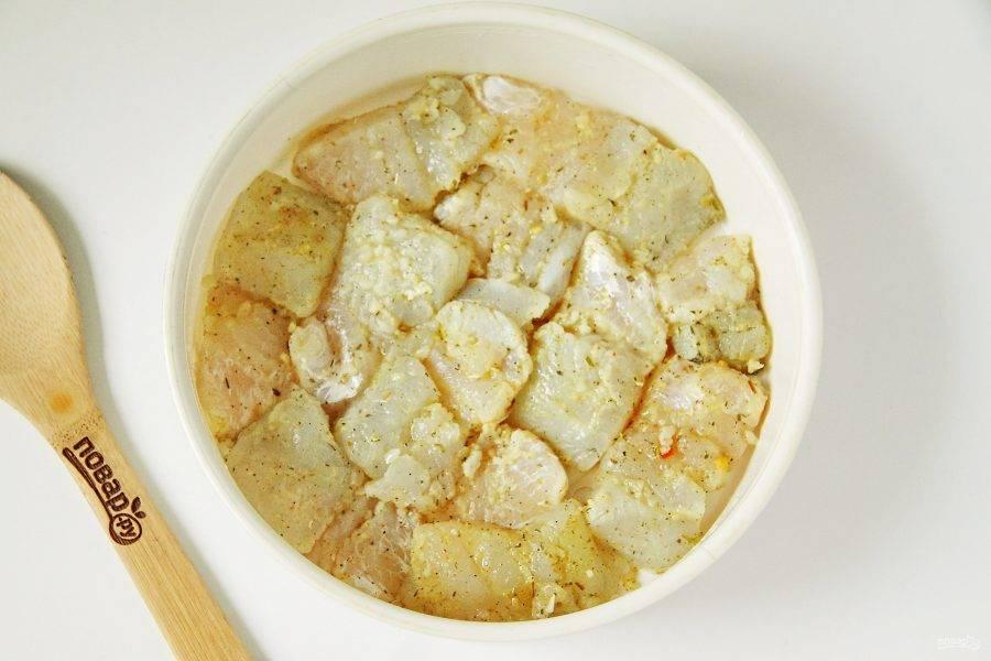 Выложите маринованные кусочки рыбы в смазанную маслом чашу пароварки и готовьте на пару не более 30 минут.