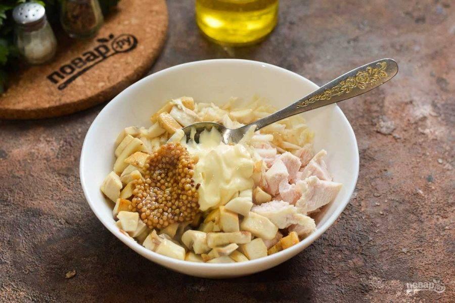 Сложите салат в тарелку, добавьте майонез и горчицу, соль и перец, перемешайте, подавайте к столу.