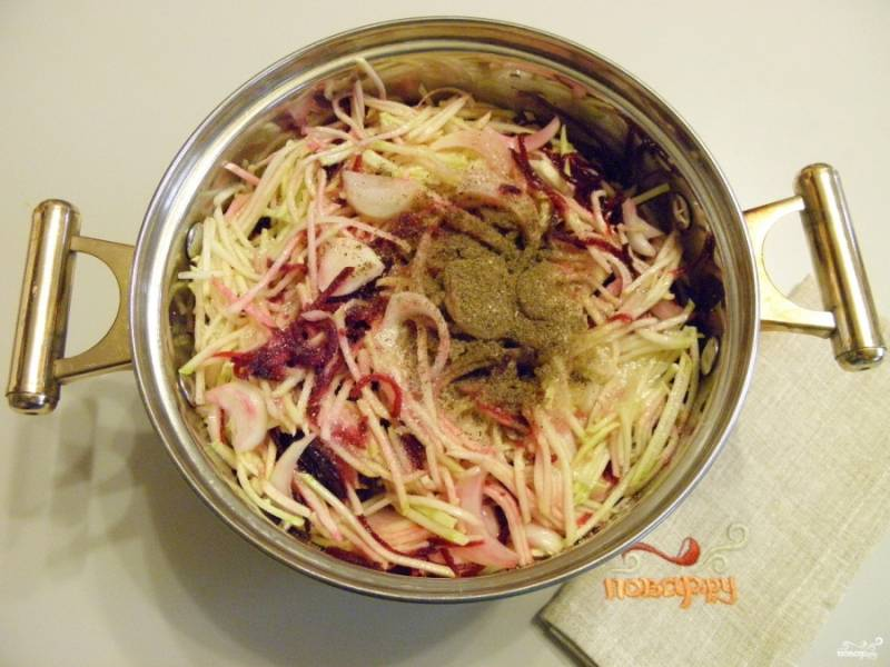 4. Переложите овощи в глубокую кастрюлю с толстым дном или казан. Добавьте соль, сахар, масло растительное и протушите на медленном огне 35 минут с момента закипания. За 5 минут до окончания влейте уксус и перемешайте салат.