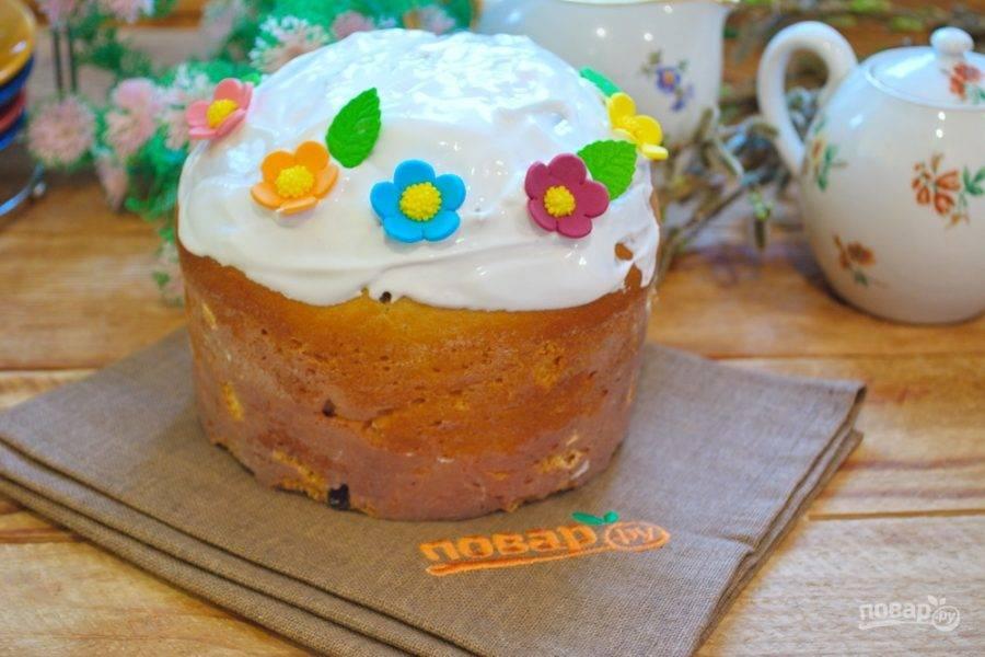 Украсьте кулич сахарной пудрой или вот такой глазурью, подавайте его к столу остывшим.