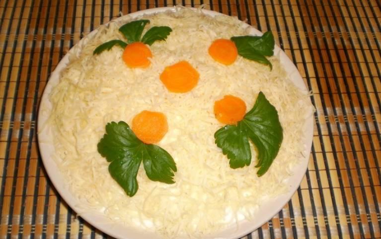 Украшаем зеленью и ломтиками моркови. Ставим салат в холодильник на 1-2 часа для пропитки. Приятного аппетита!