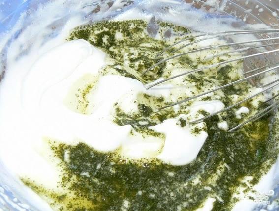 Белки взбейте со щепоткой соли и двумя ложками сахара до стойких пиков, введите оставшийся желатин и мяту. Перемешайте и выложите на торт.