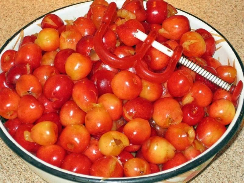 1. Подготовим ингредиенты. Черешню моем и удаляем косточки, стараясь ягодки оставить целыми.