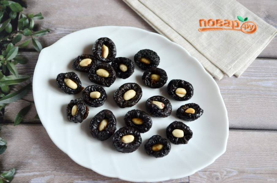 4. Начините орешками черносливины.