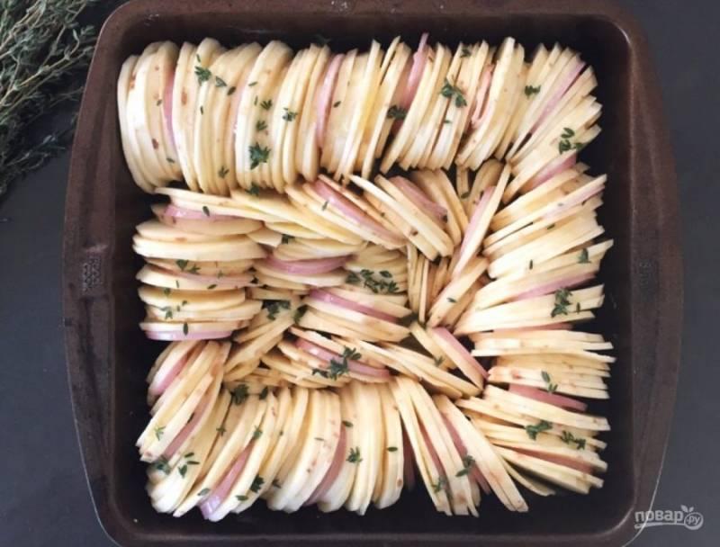 4. Выложите батат и лук на противень, залейте овощи сливочным маслом. Запекайте их в духовке полтора часа.